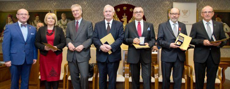 23-04-2015-przyznanie-zlotego-medalu-akademii-polskiego-sukcesu-katedrze-i-klinice-chirurgii-ogolnej-transplant_11